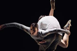 EDC's Samantha Mitchell and Jack Ziesing in Liesel Zink's SYNAPSE. Image by FenLan Chuang.