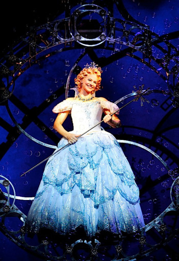 Suzie-Mathers-as-Glinda-in-WICKED-c-Maye-Wong